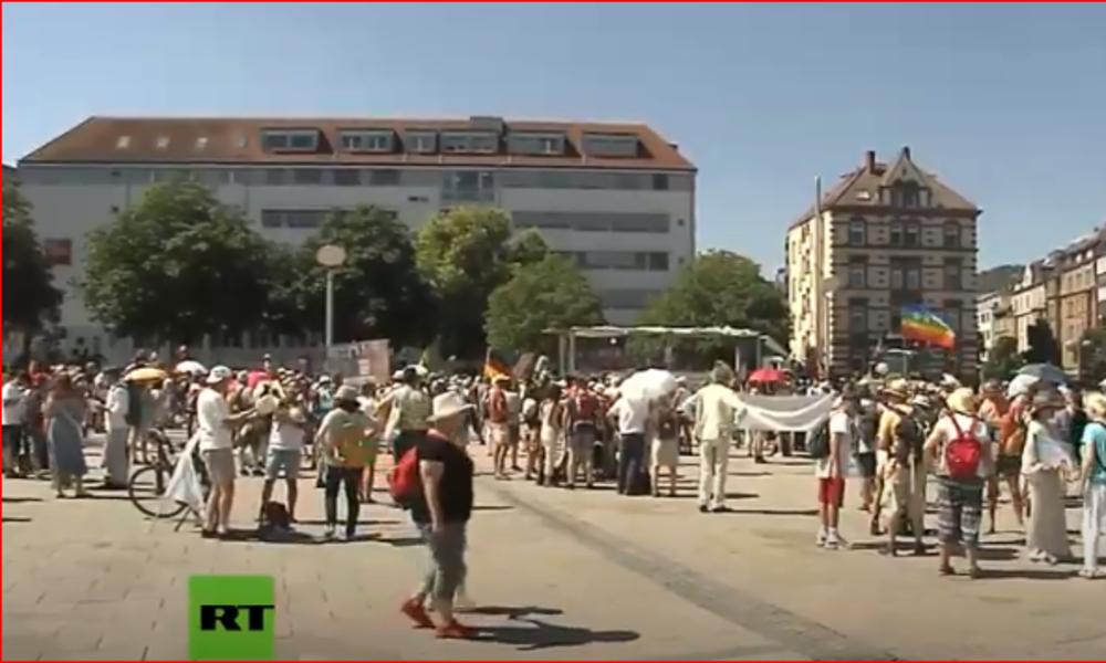 """LIVE: """"Querdenken 711""""-Protest gegen Corona-Maßnahmen in Stuttgart"""