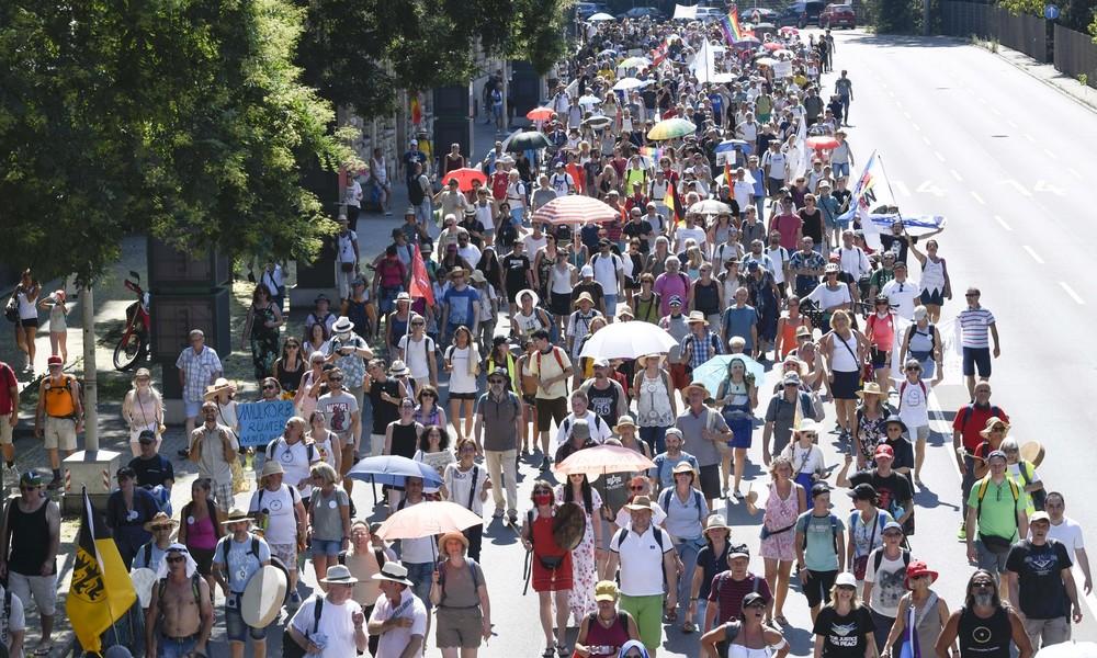 Demo gegen Corona-Beschränkungen zieht durch Stuttgart