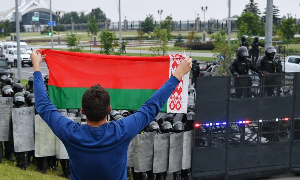 Weißrussland: Friedliche Proteste in Minsk, ein Toter in Brest und Lukaschenko in Kampfmontur