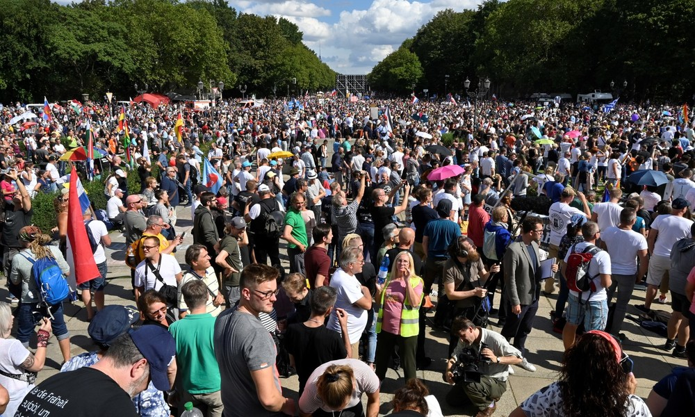 """Berlin2908: """"Wir sind keine Covidioten"""" – Zehntausende Menschen demonstrieren an Siegessäule"""