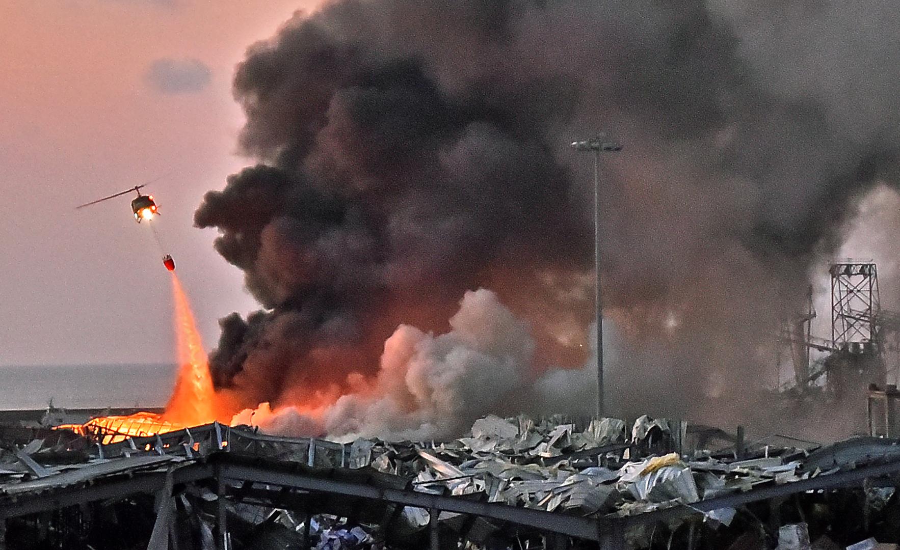 Ein Hubschrauber löscht ein Feuer an einer Explosionsstelle im Hafen der libanesischen Hauptstadt Beirut, 4. August 2020.