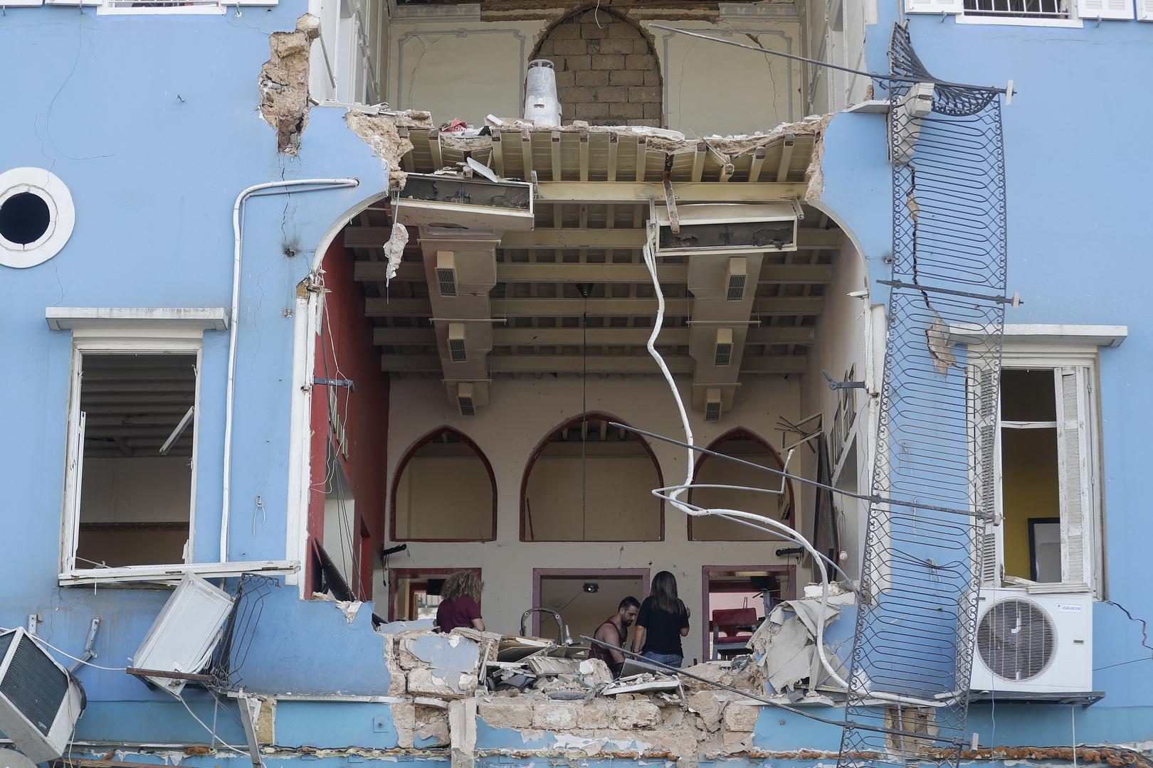 Ein libanesisches Ehepaar inspiziert die Schäden an ihrem Haus in einem Gebiet mit Blick auf den zerstörten Hafen von Beirut, das nach einer massiven Explosion in der libanesischen Hauptstadt zerstört worden war. 5. August 2020