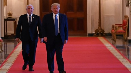 Aufnahme vom 13. Juli 2020: US-Präsident Donald Trump (R) und Vizepräsident Mike Pence (L) im Ostsaal des Weißen Hauses in Washington, D.C. , USA.