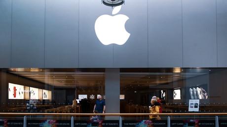 Passanten gehen am 14. März 2020 an einem geschlossenen Apple Store in Cardiff, Wales, vorbei. Apple schloss alle seine Geschäfte außerhalb Chinas bis zum 27. März 2020.
