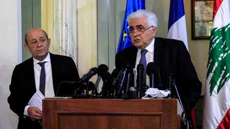 Der libanesische Außenminister Nassif Hitti spricht mit dem französischen Außenminister Jean-Yves Le Drian während einer Pressekonferenz im Außenministerium in Beirut, Libanon. 23. Juli 2020.
