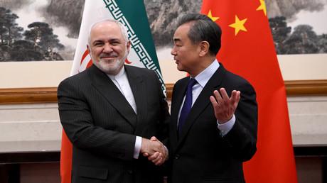 Chinas Außenminister Wang Yi (rechts) und der iranische Außenminister Mohammed Dschawad Sarif bei einem Treffen in Peking am 31. Dezember 2019