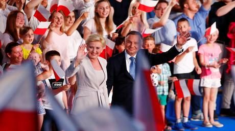 Der polnische Präsident und Politiker der Partei Recht und Gerechtigkeit (PiS) Andrzej Duda und seine Frau Agata Kornhauser-Duda nach der Bekanntgabe der ersten Ergebnisse bei den Präsidentschaftswahlen in Lowicz, Polen, 28. Juni 2020.