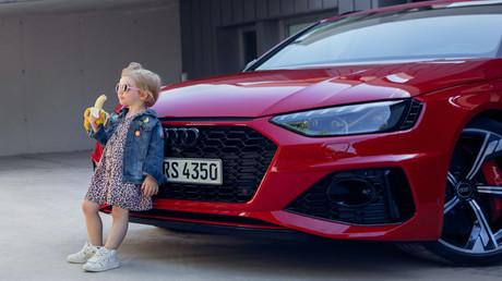 Mangelnde Verkehrssicherheit? Sexismus? Pädophilie? Viele Nutzer kritisierten das Bild eines kleinen Mädchens, das, an den Kühler des Autos gelehnt, eine Banane isst.