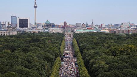 Eine Gesamtansicht der Proteste in der Nähe des Brandenburger Tors gegen die Restriktionen durch die Corona-Maßnahmen der Bundes- und Landesregierungen – Berlin, 1. August 2020.