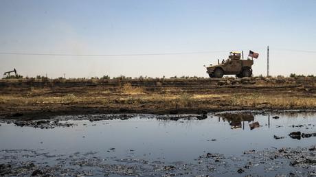 Ein gepanzertes US-Fahrzeug fährt an einem Ölfeld auf dem Land in der Stadt al-Qahtaniyah in der nordöstlichen syrischen Provinz Hasakeh nahe der türkischen Grenze vorbei. 4. August 2020.