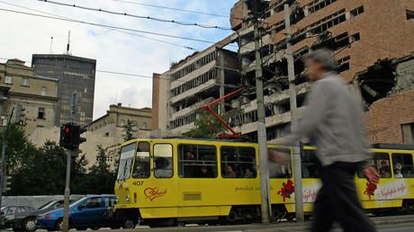Auch heute noch kann man in den Straßen der serbischen Hauptstadt Belgrad auf zerstörte Gebäude treffen, die vom NATO-Einsatz 1999 zeugen. Auf dem Bild ist das ehemalige Hauptquartier der jugoslawischen Armee zu sehen, das die Bombentreffer praktisch entkernt hatten.