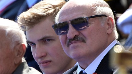 Alexander Lukaschenko und sein Sohn Nikolai bei der Militärparade in Moskau am 24. Juni anlässlich des Sieges im Großen Vaterländischen Krieg