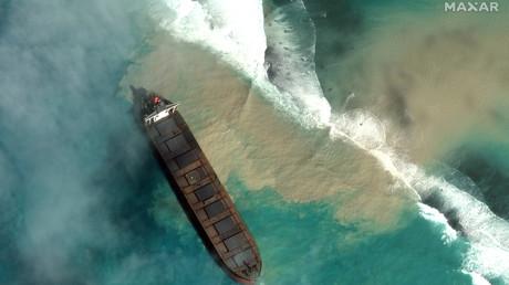 Ölkatastrophe vor Mauritius: Vor dem Inselstaat ist vor zwei Wochen ein Frachter auf Grund gelaufen. Wegen eines Risses im Tank lief Öl aus.