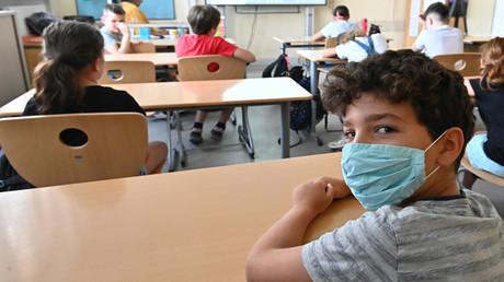 Ein Schüler mit einer schützenden Gesichtsmaske besucht den Unterricht an der Carl-Orff-Grundschule in West-Berlin. 10. August 2020