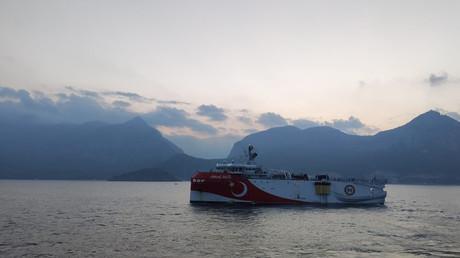 Das türkische seismische Forschungsschiff Oruc Reis fährt durch das Mittelmeer, nachdem es einen Hafen in Antalya (Türkei) verlassen hat. 10. August 2020