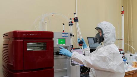 Eine Mitarbeiterin des Gamaleja-Instituts für Epidemiologie und Mikrobiologie führt Tests an dem neuen Corona-Impfstoff durch (Moskau, 6. August 2020)