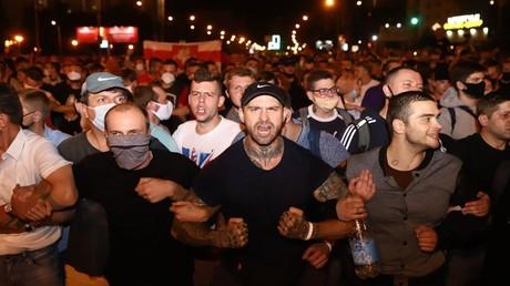 Protestierende bilden Ketten in der Stadt Minsk am 9. August