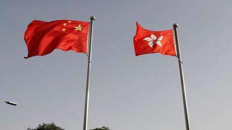 Die Flaggen Chinas und Hongkongs am 3. Juni 2020 vor dem Büro der Regierung der Sonderverwaltungsregion Hongkong in Peking, China.