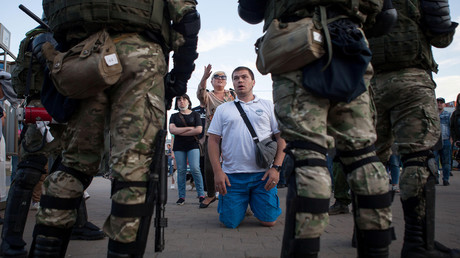 Demonstranten in Minsk reden auf die anwesenden Sicherheitskräfte ein. (11. August 2020)