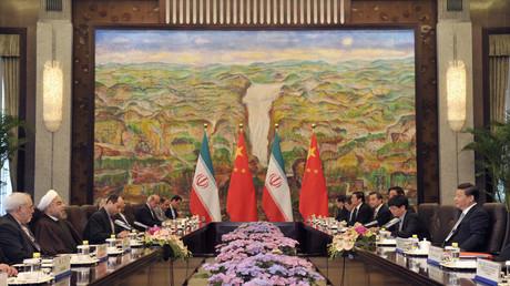 Der iranische Präsident Hassan Rohani und der chinesische Präsident Xi Jinping nehmen an einem Treffen im Xijiao Staatsgästehaus in Schanghai teil