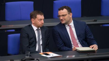 Michael Kretschmer (li., CDU), Ministerpräsident von Sachsen, und Jens Spahn (CDU), Bundesminister für Gesundheit, bei der 125. Sitzung des Deutschen Bundestages am 8. November 2019. (Archivbild)