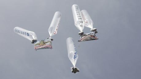 Südkoreanische Behörden prüfen von nordkoreanischen Flüchtlingen betriebene Organisationen. Auf dem Archivbild: Luftballons mit Flugblättern, CDs und Inhalten gegen die nordkoreanische Führung steigen in den Himmel an der innerkoreanischen Grenze, 15. April 2012