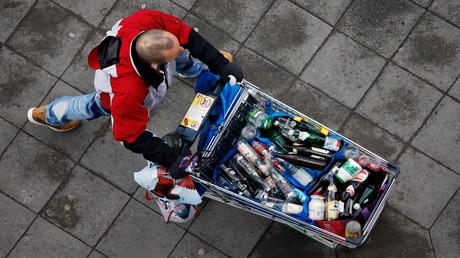 Insbesondere die Altersvorsorge ist durch zu niedrige Einkommen gefährdet – das lässt sich auch mit großen Mengen Flaschenpfand nicht ausgleichen.