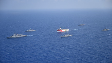 Das türkische seismische Forschungsschiff Oruç Reis wird im Mittelmeer von Schiffen der türkischen Marine eskortiert, 10. August 2020.