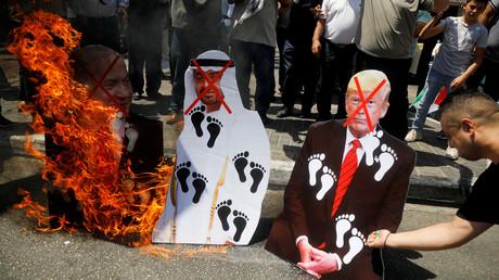 Palästinenser protestieren in Nablus gegen das Abkommen und verbrennen Bilder von US-Präsident Donald Trump und dem Kronprinzen  der Vereinigten Arabischen Emirate Mohammed bin Zayed al-Nahyan und Israels Premierminister Benjamin Netanjahu. (14. August 2020).