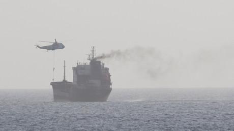 Angehörige der iranischen Streitkräfte, die in internationalen Gewässern in der Straße von Hormuz aus einem Sea-King-Hubschrauber auf dem Weg in die VAE im Eiltempo auf den zivilen Tanker WILA springen. 12. August 2020.