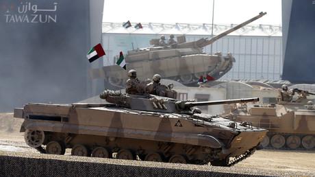 Soldaten der Streitkräfte der Vereinigten Arabischen Emirate eröffnen am 17. Februar 2013 die Rüstungsmesse IDEX in Abu Dhabi.