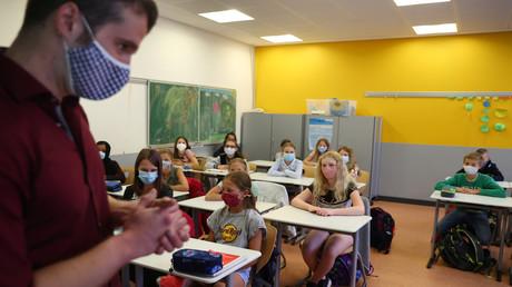 Die Bundesländer gehen unterschiedliche Wege in Sachen Maskenpflicht. An Grundschulen in Brandenburg besteht für Lehrer und Schüler zwar in den Schulinnenräumen die Verpflichtung zum Tragen einer Mund-Nasen-Bedeckung, nicht jedoch im Unterricht. (Symbolbild)