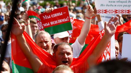 Teilnehmer an einer Demo zu Unterstützung des Präsidenten Alexander Lukaschenko am Unabhängigkeitsboulevard in Minsk am 16. August