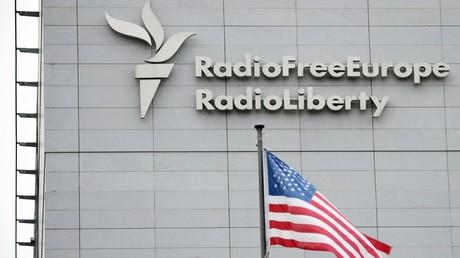 Ein Schild am Gebäude des Hauptquartiers von Radio Liberty Europe/Radio Liberty in Prag.