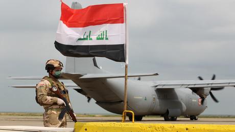 Ein irakischer Soldat bewacht ein US-Transportflugzeug auf dem Luftwaffenstützpunkt Qayyarah (Bild vom 26. März).