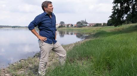 Robert Habeck, Bundesvorsitzender von Bündnis 90/Die Grünen, steht am 18. August 2020 im Rahmen seiner Sommertournee am Ufer der Elbe im sächsischen Zeithain.