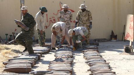 Soldaten der Einheitsregierung in Tripolis beim Aufbereiten eines großen Waffenfunds außerhalb der Hauptstadt, bevor die verschiedenen Bomben unschädlich gemacht wurden (Bild vom 22. Juli).