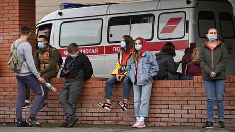Menschen versammelten sich am 21. August 2020 vor dem Krankenhaus in Omsk, in das Alexei Nawalny nach einer mutmaßlichen Vergiftung eingeliefert worden war.