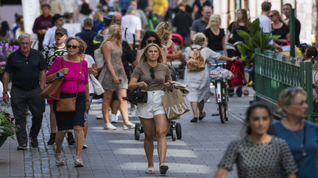 Menschen spazieren Ende Juli durch eine Fußgängerzone in der schwedischen Hauptstadt Stockholm. Im skandinavischen Land gibt es keine Maskenpflicht.