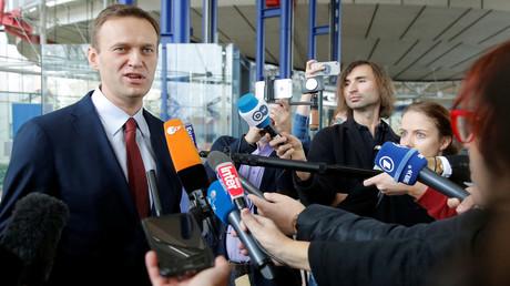 Beliebt bei den regierungsnahen deutschen Medien: der russiche Oppositionspolitiker Alexei Nawalny im Gespräch mit Journalisten (Archivbild)