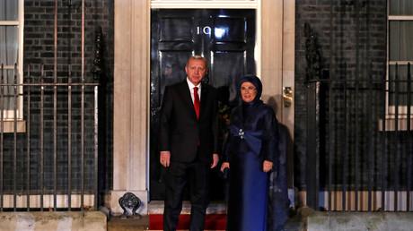 Der türkische Präsident  Erdoğan und seine Frau Emine treffen zu einem Empfang in der Downing Street ein, der vom britischen Premierminister Boris Johnson veranstaltet wird.