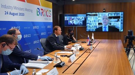 Der Minister für Industrie und Handel der Russischen Föderation, Denis Manturov, Zentrum, nimmt am fünften Treffen der BRICS-Industrieminister teil. 24. August 2020