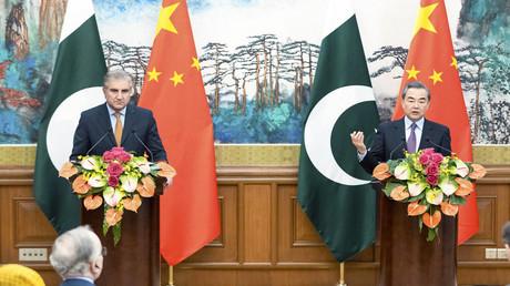 Der pakistanische Außenminister Shah Mehmood Qureshi und sein chinesischer Amtskollege Wang Yi nehmen nach dem ersten strategischen Dialog in Peking an einer Pressekonferenz teil.