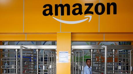 Ein Angestellter geht durch ein Drehkreuztor in einem Amazon-Zentrum am Stadtrand von Bengaluru, Indien.