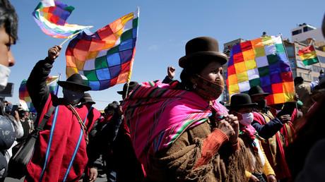 Demonstranten blockieren eine Straße und fordern den Rücktritt der nicht demokratisch gewählten Interimspräsidentin Jeanine Áñez. (El Alto, 14. August 2020)