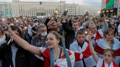 Teilnehmer einer Protestkundgebung in Minsk, die gegen den Ausgang der Präsidentschaftswahlen demonstrieren. Sie sprechen von Wahlfälschung. (24. August 2020)
