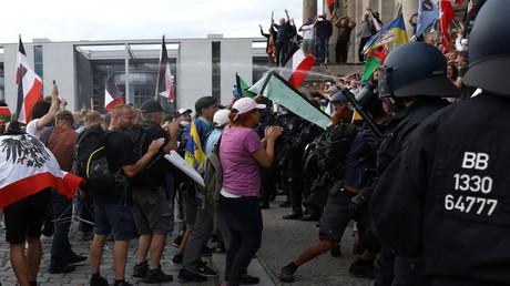 Polizisten räumen die Stufen vor dem Berliner Reichstag, 29. August 2020.