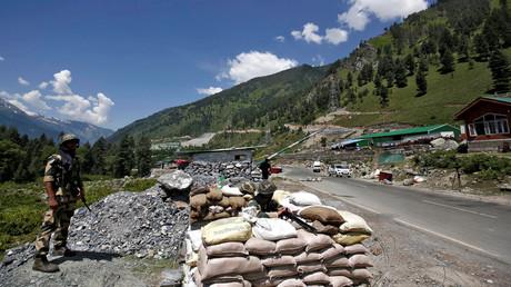 Soldaten des indischen Grenzschutzes an einem Kontrollpunkt im Himalaya.