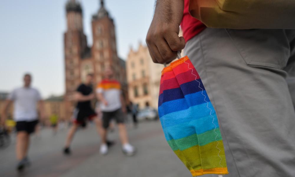"""""""Kein Teil unserer Gesellschaft"""": Aktivisten zerreißen LGBT-Fahne bei Anti-Corona-Demo in Wien"""
