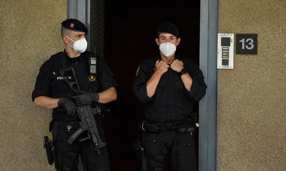 """""""Das sind nicht die USA"""": Spanischer Polizist kniet auf Hals eines 14-Jährigen – wohl Maskenmuffel"""